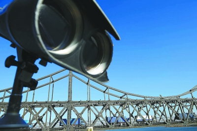 边贸货运繁忙的鸭绿江大桥
