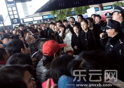 乘客和机场工作人员发生冲突。 本报记者丁明摄