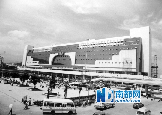 上世纪90年代初,深圳火车站。