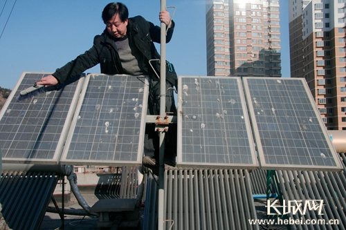 承德居民自制太阳能发电器无偿照亮楼道