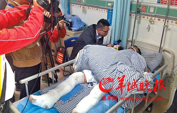 报记者赶到宝兴医院时,陈锦文正在手术,手术室门口聚集了60余名六