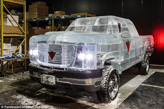 """除普通底盘外,这辆""""冰车""""全部由冰块制成,耗费5000公斤冰块。"""