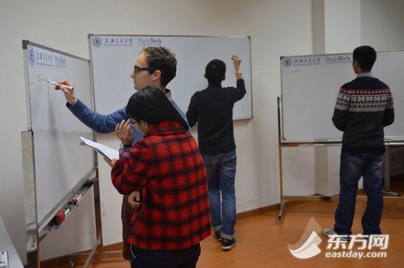 交大巴黎高科卓越工程师学院的数学老师正在给三位