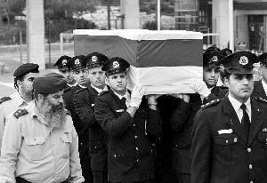 昨天,卫队护送以色列前总理沙龙的灵柩抵达耶路撒冷的以色列议会广场。