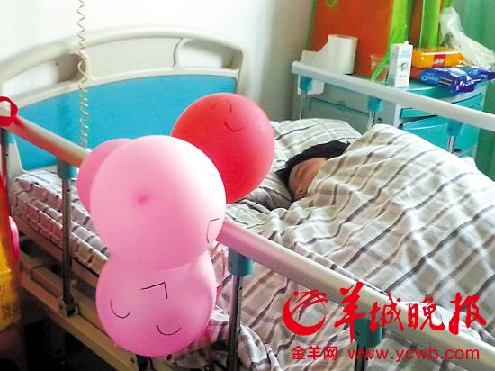 小涛在病床上安睡,床边画上笑脸的气球是护士为逗他开心而准备的 文/图 羊城晚报记者 褚韵 因为老婆走佬,借酒消愁的老公竟拿4岁的儿子出气,将儿子当街掐昏后,头朝下扔进垃圾桶!幸好街坊及时报警,孩子被送院治疗。目前,孩子已苏醒,另有心理医生介入,医生说在相当长的时间内都难以消除负面影响。据悉,男童的父亲即使没有醉酒,思维也比较混乱,不具备独自监护儿子的能力。 目击者: 酒醉男当街掐男童脖子 呜呜昨日下午4时许,在白云区新市街新市医院的儿科住院部,面对前来验伤的法医,四岁的小涛表现出一种强烈的不安