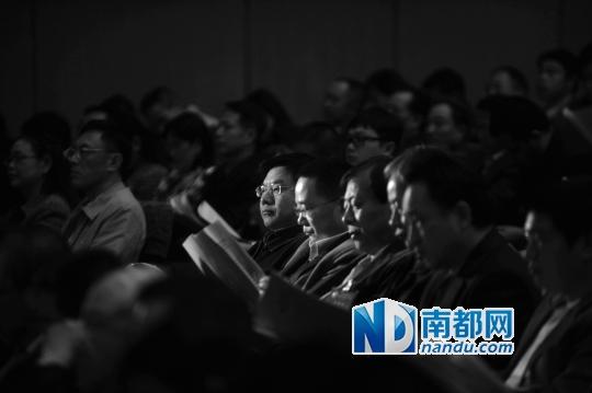 大会期间,与会的委员听取报告。南都记者吴进 摄