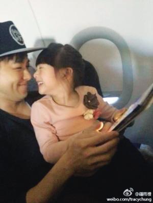 微博中称二人在飞机上偶遇,照片中的森碟与林志颖一同玩着平板电脑,一