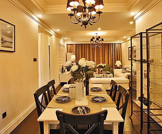 兼容并蓄、怀旧轻松是美式风格的特点,但宽大的布艺沙发,占据半边墙的壁炉,不是每个家居都能容纳得了,当美式家居与现代简约发生碰撞,美式家居就成了更多家庭的选择。 务实的美国人最看中的是家的舒适性,家的一切陈设都以此进行,包括可以随意在上面跳的沙发,可以让脚底感受温暖的木地板,还有柔软的灯光,其他的一切能简则简。 客厅:白色沙发唱主角 四周白墙落地,除了电视背景墙用白色方格做了一些造型,其他墙面干干净净,让空间尽量显得宽敞。 布艺沙发量身订做,无论坐还是躺都非常舒适,白色是美式沙发的首选,草绿色则作为搭配,