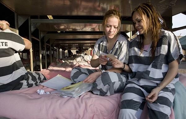 女犯监狱上脚镣-揭秘美国女子重囚监狱 手铐脚镣加身 高清组图图片