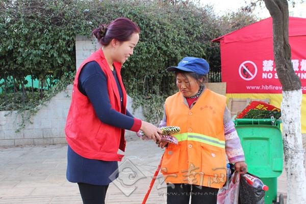 志愿者向清洁工赠送手套
