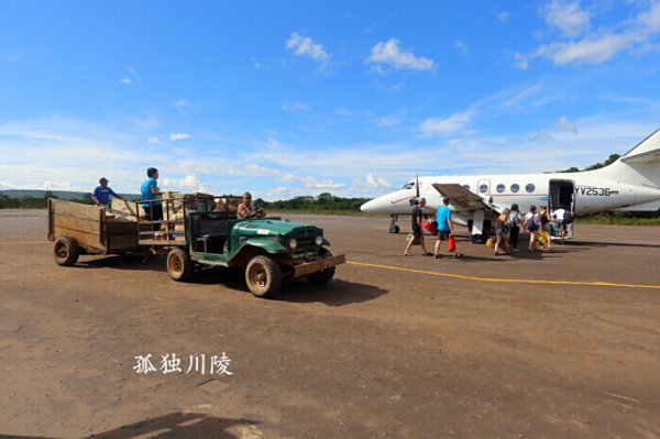 本文的照片记录了我在委内瑞拉三个机场的经历。首先是最小的卡纳依马机场,位于委内瑞拉的热带雨林中,候机大厅是木头、泥巴和茅草搭建而成的,没有空调和照明,完全开放式的环境,不知道的以为是个咖啡店呢。这个机场的跑道上不仅有小型飞机,还有拖拉机等农用机车。第二座机场是玻利瓦尔城的机场,比第一座略大,有个很小的候机厅。第三座机场是委内瑞拉首都附近的国际机场,部分走廊没有照明,旅客需要摸着黑往前走。