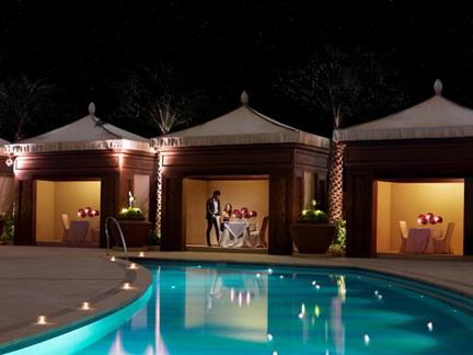 图片说明:澳门金沙城中心康莱德酒店于情人节在池畔小屋提供罗曼缔克