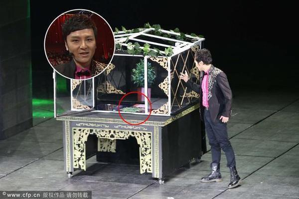 傅琰东的魔术被揭秘是动画投影,图中圆圈部分疑为投影仪