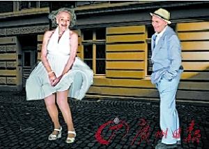 波尔和88岁的艾瑞克扮成电影《七年之痒》中的人物.-扮演经典