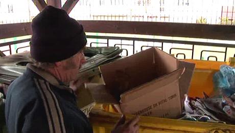 发现被遗弃婴儿的流浪汉和垃圾箱。(波兰华人资讯网)