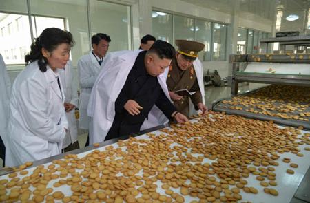 组图:金正恩视察朝鲜军队食品加工厂