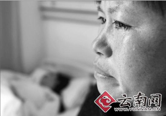 母亲守护在女儿病床前 记者 刘筱庆 摄