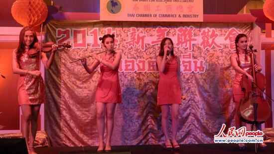 中泰艺术家表演文艺节目.摄影图片