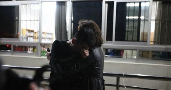 云南省第一人民医院,两人在血案后紧紧相拥。