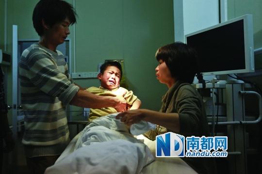 手术后,他疼得大声哭泣。