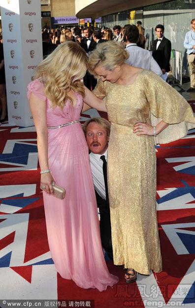 喜剧演员弗朗西斯和女星亮相红毯.-英国电视奖红毯 男演员 突袭 女星图片