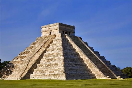 墨西哥奇琴伊察的库库尔坎金字塔.