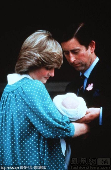 日,英国伦敦,戴安娜王妃和查尔斯王储抱着刚出生的威廉王子离开