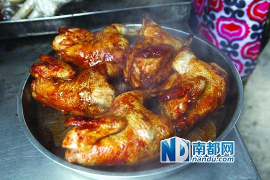 金黄的土窑鸡放在大盘中准备上桌。
