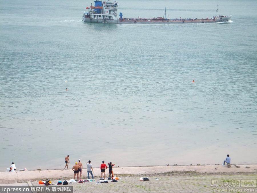 重庆长江三峡水库惊现裸泳者