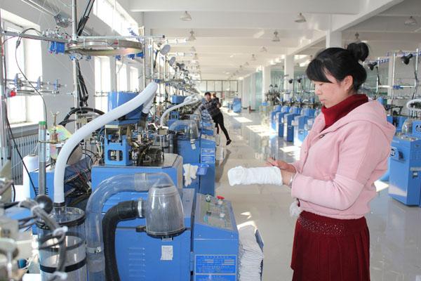 亚麻袜生产车间的工人在给生产线上下来的亚麻袜剪线头。 兰西县兰维斯特针织有限公司是去年8月建成投产的招商引资企业,生产的亚麻袜、针织布、凉席、坐垫等产品畅销市场。由于企业生产的针织产品全部机械化作业,节省了大量的劳动用工,企业只有13名工人便可操作所有的机械。