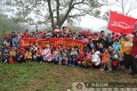 广西新闻网红豆社区2014年植树活动网友合影.