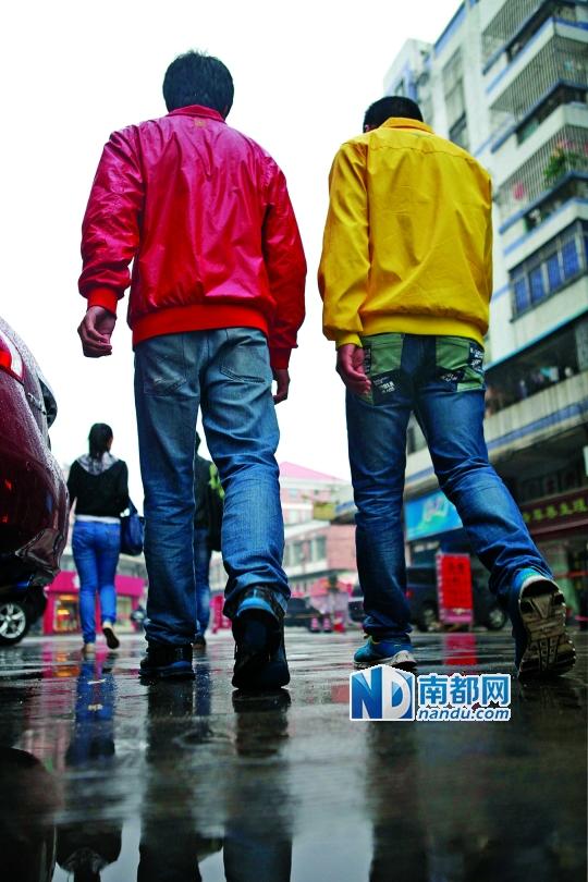↑刘欢及哥哥刘辉在父亲刘宗保跳河自杀的地方仔细寻找,连续几日无果而返。