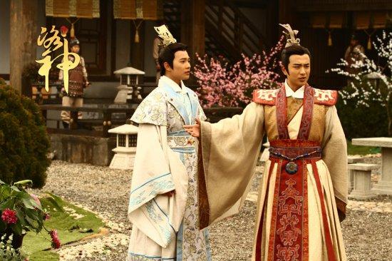 杨洋   饰演风流才子曹植,青年演员张迪饰演腹黑公子曹丕,两人同为图片
