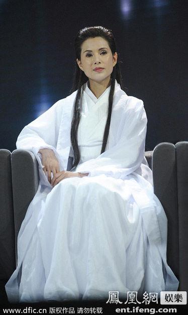 近日,《我不是明星》节目在北京录制,李若彤十九年后再扮小龙女现