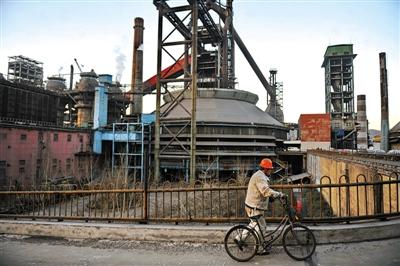 2010年12月19日,首钢工人在上班路上。因为产业调整,当日下午,首钢旧址最后一个高炉熄火。新京报资料图片/记者杨杰摄