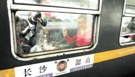 红车头绿车身 毛主席像挂车厢 长韶首开特快旅游专列