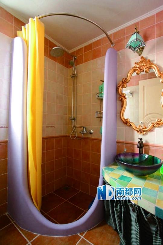 浴室的淋浴房也做了一个幽默的石膏边框.