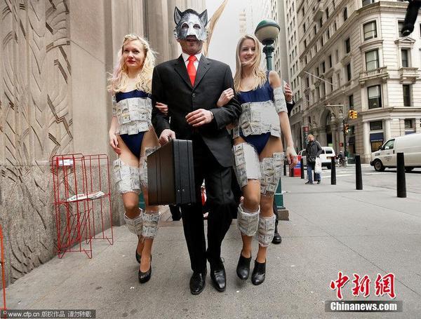 美女纽约街头穿钞票与狼共舞