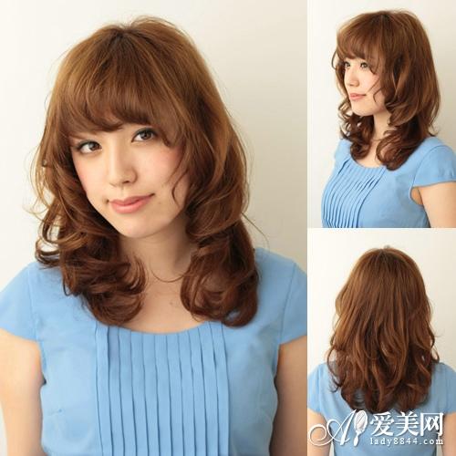蓬松发型让你变身萌系少女,内卷刘海与长发让圆脸变小脸.