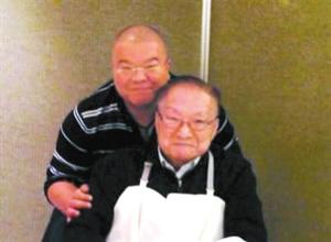 金庸92岁生日当天与儿子查传倜合影