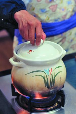 猪骨飞水后洗干净,下水煲中,放在和白色煲至奶姜片v白色.济南哪里有烤五花肉的图片