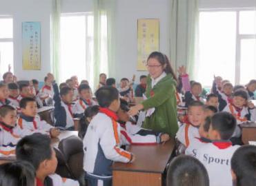 大学生守护村小走进音乐童年|大学生|七彩_凤小学模拟课堂村小图片