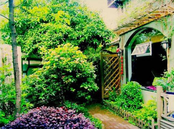 风格:节点花园,黄杨花坛,砖质铺地,木桩式围栏,所有这些形成了花园的