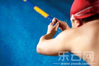 蝶泳拉力绳锻炼方法图解