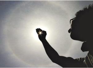 的光圈围绕着太阳,好似光环一般.对此,气象专家表示,昨天出现