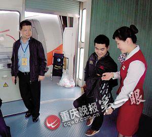 熊军在飞机驾驶舱 山东航空公司邀请单腿蹦完
