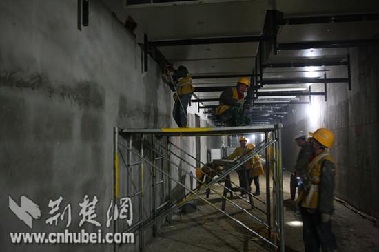武汉地铁二号线风水电支吊架组装
