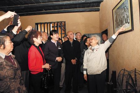 革命元勋后代参观刘少奇故居,刘爱琴大姐(前排右一)当起了讲解员。 尹芳供图