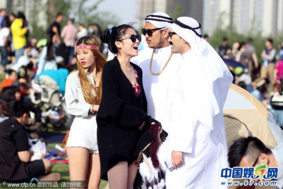 土豪音乐节沙特保镖美女插曲公寓簇拥美女现身与长腿草莓图片