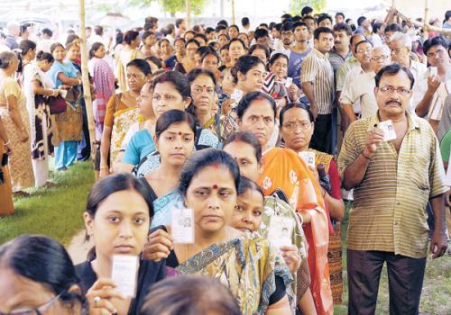 图为12日印选民在加尔各答排队投票。